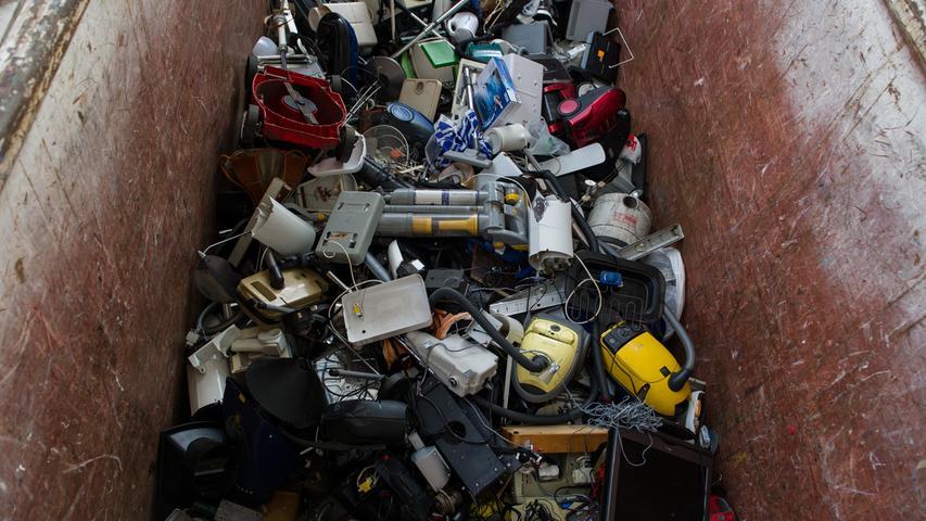 In Kommunen und Landkreisen können alte Elektrogeräte bei Wertstoff- und Recyclinghöfen abgegeben oder bei der Sperrmüll-Abholung mitgegeben werden. Manche Kommunen stellen zusätzlich an einigen Stellen im Stadtgebiet E-Tonnen auf oder verschicken auf Anfrage E-Säcke. Egal auf welchem Weg: Die Rückgabe ist immer kostenlos. Seit dem Jahr 2015 können alte Elektrogeräte auch im Handel abgegeben werden.