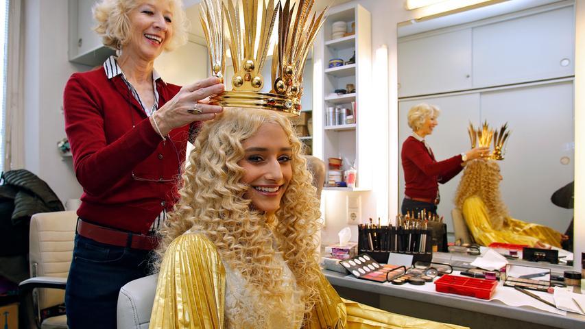 Goldener Glanz: Neues Christkind Benigna Munsi probiert Gewand an
