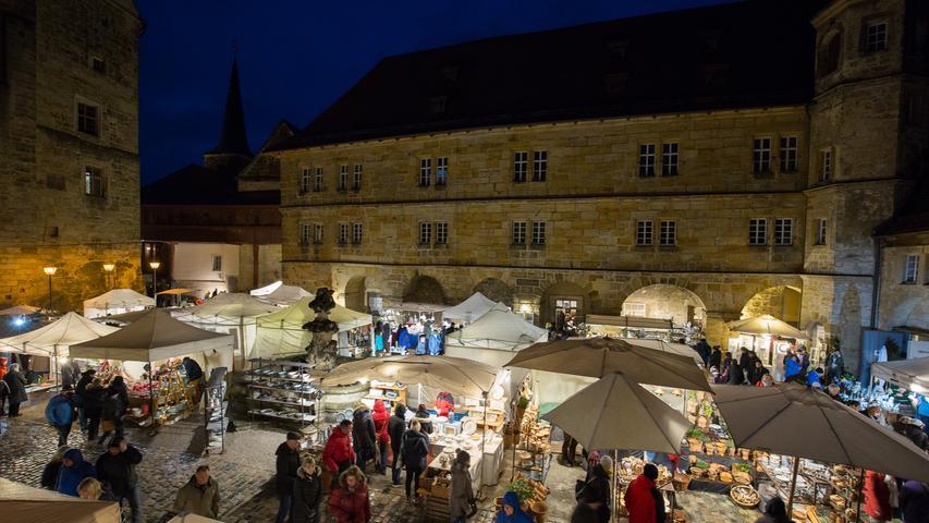 Kein Weihnachtsmarkt, sondern ein Töpfermarkt erwartet die Besucher des Schlosses Thurnau (Lkr. Kulmbach) zur Adventszeit: Dort findet dieses Jahr schon der 30. Weihnachtstöpfermarkt statt, und zwar wie gewohnt immer am 2. Adventswochenende in den Sandsteinhöfen. Mit dem Weihnachtsfest selbst hat der Markt aber eher weniger zu tun, denn dort soll es nicht um Glühwein und das Christkind gehen, sondern um die Töpferware. Dennoch, die Atmosphäre mit den Buden und Lichtern sorgt für viel vorweihnachtliche Stimmung - und bietet gerade denjenigen, die dem Trubel auf einem gängigen Weihnachtsmarkt entgehen wollen, beschauliche Abwechslung. Öffnungszeiten: 6.-8. Dezember 2019, 11 Uhr - 19 Uhr.
