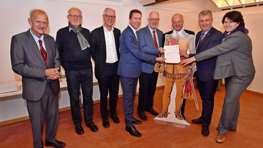 Ekkehard Eisenhut (3. v. r.) überbrachte den Förderbescheid für das Wallenstein-Projekt. Darüber freuen sich Bürgermeister und Landrat.