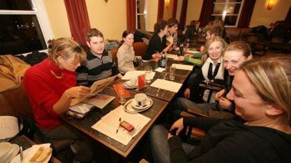 Redaktionsbesprechung im Cafe Dante in Nürnberg: NZ-Hochschulredakteur Markus Kaiser bespricht mit den Mitarbeitern neue Themen.