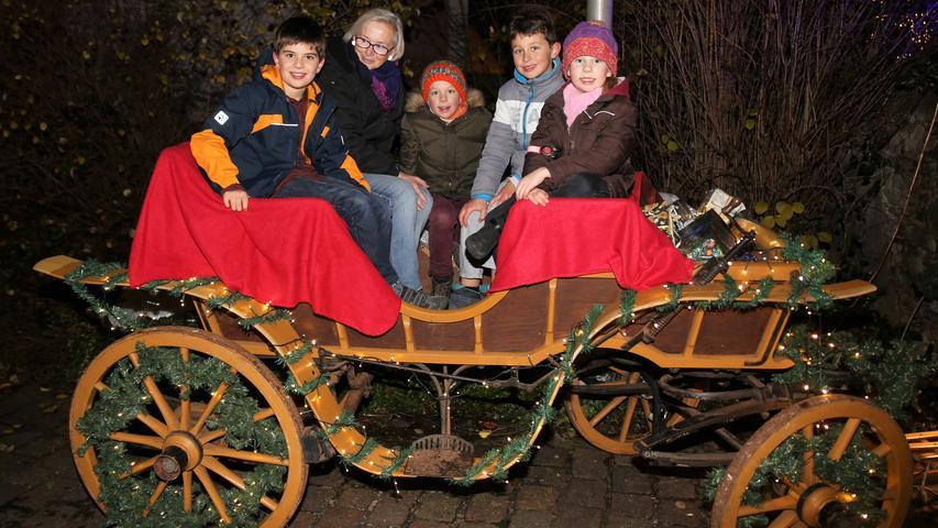 Vielleicht führt Sie der Weg dieses Jahr in der Adventszeit ja auch nach Veitshöchheim: Denn dort findet zum 25. Mal die Altortweihnacht statt. Wie auch in den vergangenen Jahren werden dafür der Rathausinnenhof, der Rathausvorraum und das Haus der Begegnung feierlich geschmückt. Der hell erleuchtete Torbogen verbreitet beim hindurch schreiten direkt weihnachtliche Stimmung. Neben den üblichen Buden kann auch eine Tour mit dem Nachtwächter der Stadt unternommen werden, auch die Motto-Weihnachtspartys am Abend machen die Altortweihnacht sehenswert.  Öffnungszeiten: An allen vier Adventswochenenden, Samstags von 14.30 bis 20 Uhr, am Sonntag von 14.30 bis 20 Uhr.