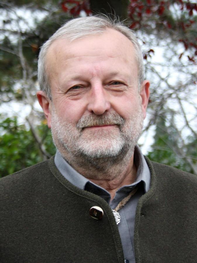 Erich Reichert (60) ist seit April Vorsitzender der Kreisjägerschaft Fürth im Bayerischen Jagdverband, zuvor fungierte er 20 Jahre lang als stellvertretender Vorsitzender. Außerdem leitet er die südliche Hegegemeinschaft, eine von zweien im Landkreis Fürth, ist als Ausbilder aktiv und im bayerischen Prüfungsausschuss für das Jagdwesen vertreten. Seit 1982 geht er auf die Jagd. Er betreut das Revier von Vogtsreichenbach.
