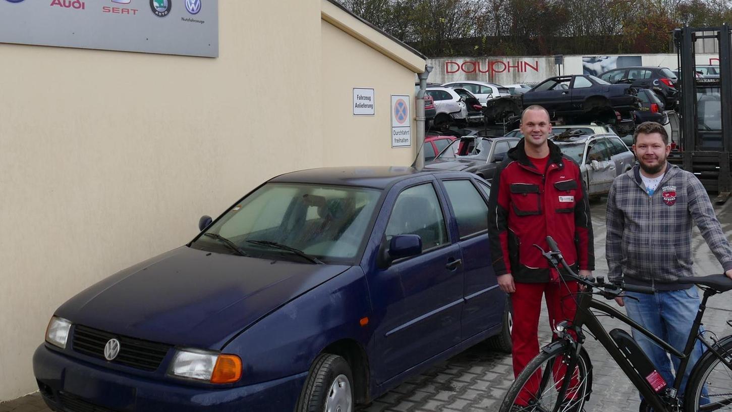 Schöne Überraschung: Als Michael Bauernfeind (rechts) seinen 22 Jahre alten Polo zum Verschrotten ablieferte, bekam er von Juniorchef Josef Karl ein E-Bike geschenkt.