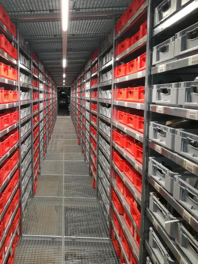 Autoteile, soweit das Auge reicht: In dem Hochregallager in Pfraunfeld sind insgesamt rund 170 000 Teile untergebracht, die allesamt im PC katalogisiert sind und so leicht wieder gefunden werden können.