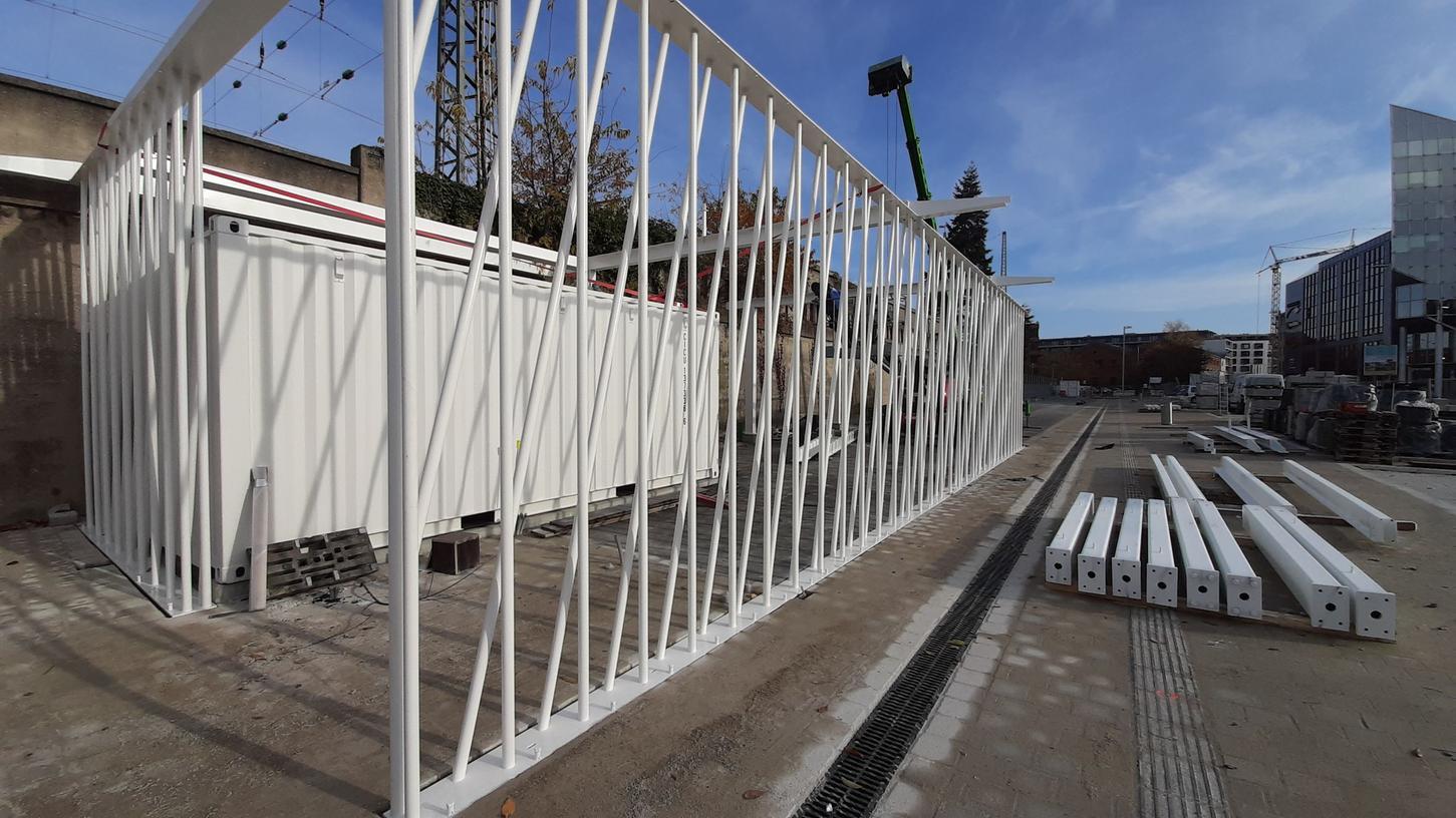 Das Fahrradparkhaus nimmt Form an: Die ersten Bauteile am Nelson-Mandela-Platz werden aufgebaut.
