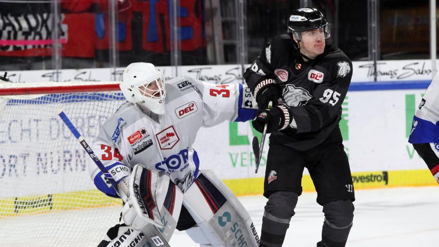 Fotograf: Roland Fengler..Datum: 17.11.2019..Ressort: Sport.. ..Motiv: IceTigers - Schwenninger Wild Wings....Eugen Alanov (95)....Sport IceTigers Ice Tigers DEL Eishockey .......... ....