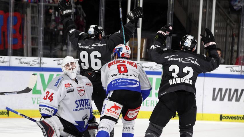 Fotograf: Roland Fengler..Datum: 17.11.2019..Ressort: Sport.. ..Motiv: IceTigers - Schwenninger Wild Wings....Jubel zum 3:1 durch Andreas Eder (96)....Sport IceTigers Ice Tigers DEL Eishockey .......... ....