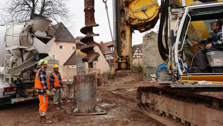Beim Spezialtiefbau für die 60 mal 60 Meter große Baugrube des neuen Herzogenauracher Rathauses werden seit dieser Woche bis zu 16 Meter tiefe Bohrlöcher gegraben und mit Beton verfüllt. Insgesamt sind 267 Bohrpfähle vorgesehen.