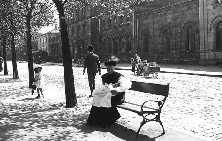 Um 1900: Die Frau des Bahnhofsvorstehers lässt sich mit der Enkelin standesgemäß vor dem Bahnhof fotografieren.