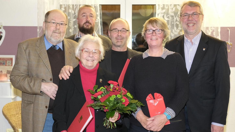 Günter Kreißl (li.) würdigte Ursula Stief (2. v. li.), die seit 60 Jahren der SPD angehört. SPD-Fraktionsvorsitzender Andre Bengel (Mi.) hält der Partei seit 25 Jahren die Treue. Mit im Bild sind Ortsvereinsvorsitzender Sven Emmerling (2. v. li.), seine Stellvertreterin Elisabeth Pecoraro (2. v. re.) und OB Jürgen Schröppel (re.).