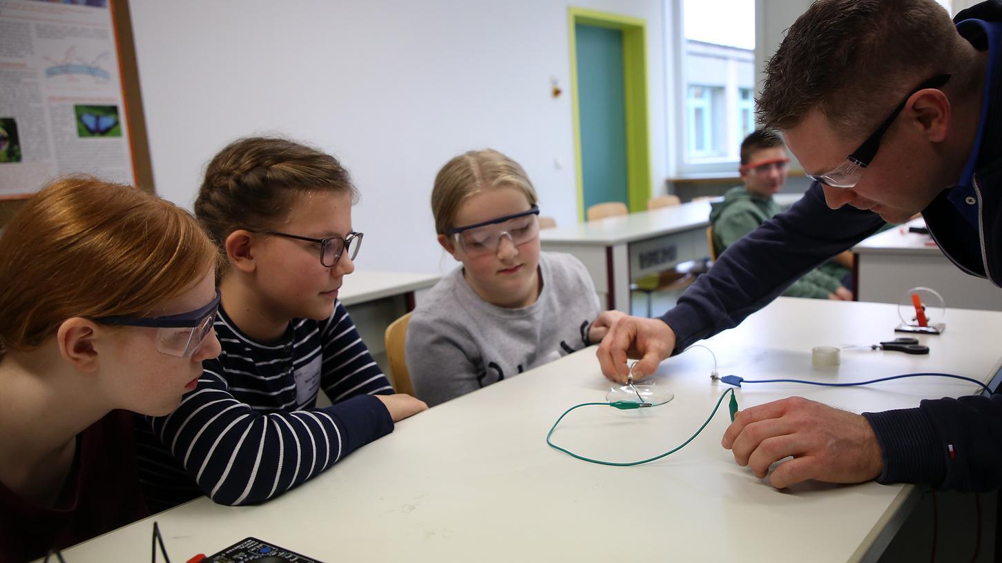 2. Jungforschertag der Bildungsregion Landkreis Forchheim im Gymnasium Fränkische Schweiz in Ebermannstadt - unterschiedliche Workshop für Schülerinnen und Schüler - Physik, Spiegelung..Foto: (c) RALF RÖDEL / NN (20.11.2019)