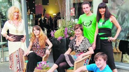 Nantia Persch (links) präsentierte Design aus der Nachbarschaft von Valentina Zilke (2. v. l.) und Inge Klier (3. v. l.).