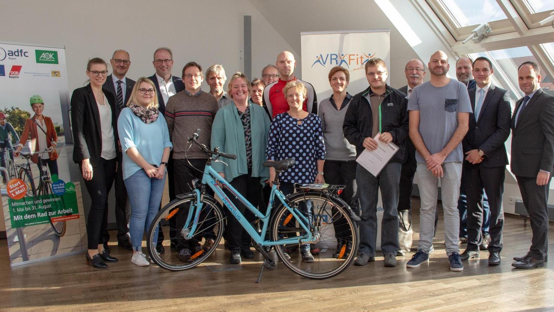 Sponsoren, Organisatoren sowie Bürgermeisterin Susanne Lender-Cassens (Mitte) und Jürgen Drachsler von der AOK (2. v. l. hinten) freuten sich mit Teilnehmern der Aktion.