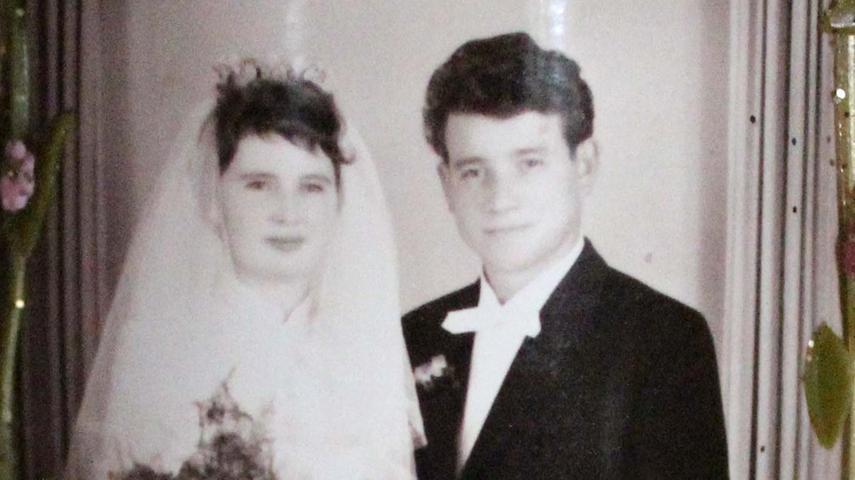 """Am 20. November 1959 haben sich Eduard und Ritta Rascher aus Heroldsbach das Jawort gegeben, nun haben sie nach 60 Ehejahren diamantene Hochzeit gefeiert. Beide lernten sich 1958 kennen, als der gelernte Maurer Eduard gerade dabei war, auf einer Baustelle in Buckenhofen einen Kamin zu mauern. Seine Zukünftige lief regelmäßig an der Baustelle vorbei, Eduard pfiff ihr nach. Es entwickelten sich Treffen und schließlich die große Liebe. Streit gab es in den 60 Jahren nicht: """"Ich kann mich nicht dran erinnern, dass wir uns jemals gestritten hätten"""", sagt Eduard Rascher. Seit 1951…"""