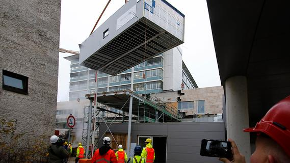 Ein Operationssaal schwebt in Neumarkt ein: 50 Tonnen millimetergenau eingepasst