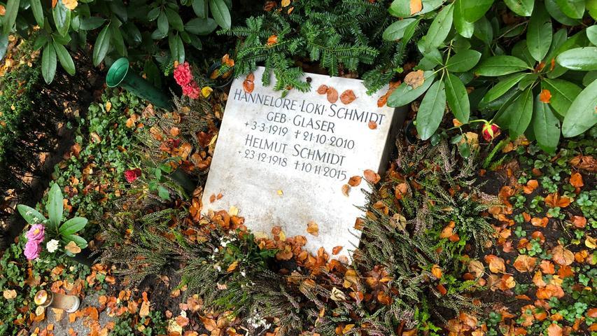 Helmut Schmidts letzter Weg führte nach Hamburg-Ohlsdorf. Dieser Friedhof ist einer der größten Europas. Man kann ihn als Besucher mit dem Auto befahren oder wahlweise eine der beiden vorhandenen Buslinien nehmen. Zu Fuß dauert es vom Eingangstor bis zum Ex-Kanzler fast eine halbe Stunde. Sein Name steht, Gipfel der Bescheidenheit, nicht mal auf dem eigentlichen Grabstein, denn dort waren alle verfügbaren Plätze bereits von Verwandten belegt. An Loki und Helmut Schmidt erinnert lediglich eine schlichte Steinplatte, die schräg auf der Erde liegt. Das Grab ist deswegen auf Anhieb gar nicht leicht zu finden.