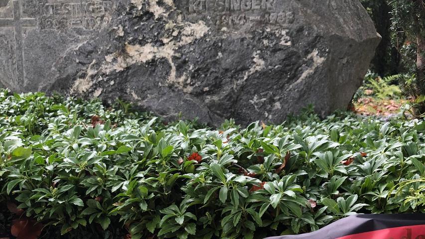 Besucher sind an den Kanzlergräbern von Ohlsdorf bis Gmund am Tegernsee nur höchst selten anzutreffen. Fast immer ist man der einzige Gast. Bei Kiesinger ist ein frisches Gesteck mit einer Gedenkschleife in den Deutschlandfarben zu entdecken, von der CDU/CSU-Bundestagsfraktion bestellt.