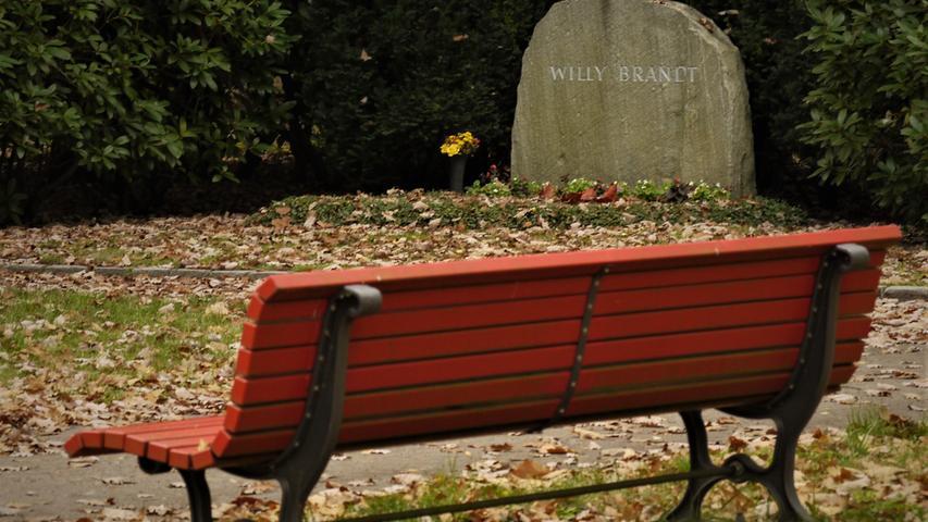 Am bequemsten ist es für die Lebenden bei Willy Brandt auf dem Waldfriedhof in Berlin-Zehlendorf. Dort hat die örtliche SPD schon vor Jahren – zum 20. Todestag – unmittelbar neben dem Grab zwei Parkbänke, natürlich in der Farbe Rot, aufstellen lassen.