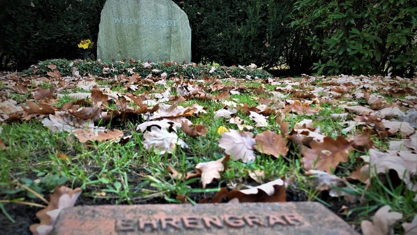 Die langjährige Ehefrau Rut liegt übrigens in einiger Entfernung in einem eigenen Grab. Man war ja schon geschieden.