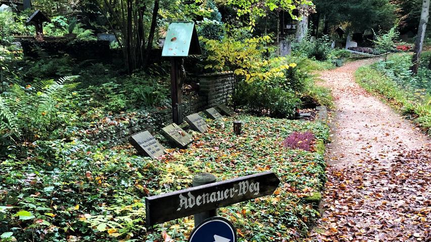 """Konrad Adenauer liegt auf einem Friedhof hoch über dem Rhein. Ein Besuch bei ihm läuft fast wie früher ab. Zu Lebzeiten machte sich """"der Alte"""" in seiner am Hang gelegenen Rhöndorfer Villa einen Spaß daraus, seine Gäste die vielen Treppenstufen zum Anwesen hochsteigen zu lassen und sie dann oben selbst ganz ausgeruht zu begrüßen."""