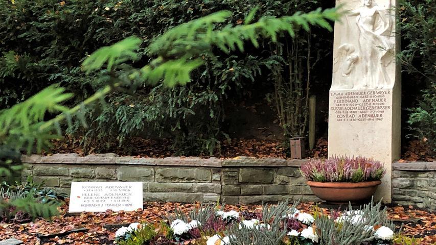 Auch im Tode funktioniert das noch ganz gut. Ein Besuch an seinem Grab im letzten, obersten Winkel des Waldfriedhofs kostet einigen Schweiß. Man ist atemlos, wenn man vor dem ersten Kanzler der Bundesrepublik steht.