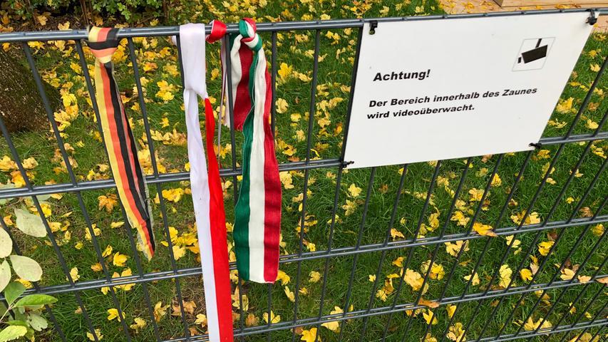 Die Ruhestätte des längstgedienten deutschen Regierungschefs ist kein Ort, an dem beim Besucher Besinnlichkeit aufkommen will. Das könnte an einer gewissen Überregulierung liegen. Mit Hilfe von zwei Hinweisschildern werden sogar diejenigen Stellen exakt bezeichnet, an denen man seine mitgebrachten Blumen ablegen soll. Außerhalb der Einfriedung, versteht sich.
