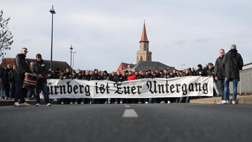 24.11.2019 --- Fussball --- Saison 2019 2020 --- 2. Fussball - Bundesliga --- 14. Spieltag: SpVgg Greuther Fürth ( Kleeblatt ) - 1. FC Nürnberg Nuernberg FCN ( Club ) --- Derby Frankenderby ---Foto: Sport-/Pressefoto Wolfgang Zink / DaMa --- ..DFL regulations prohibit any use of photographs as image sequences and/or quasi-video ---......Clubfan / Clubfans / FCN-Fans / Fans laufen geschlossen zum Stadion - Spruchband / Transparent - Nürnberg ist euer Untergang - begleitet von der Polizei