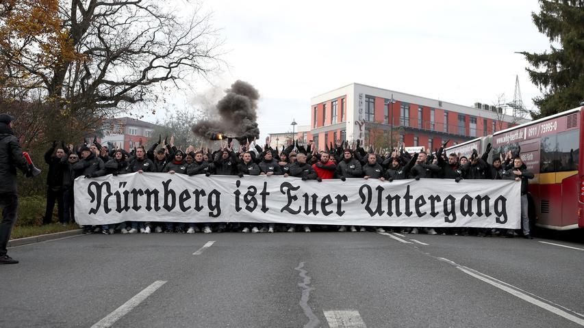 24.11.2019 --- Fussball --- Saison 2019 2020 --- 2. Fussball - Bundesliga --- 14. Spieltag: SpVgg Greuther Fürth ( Kleeblatt ) - 1. FC Nürnberg Nuernberg FCN ( Club ) --- Derby Frankenderby ---Foto: Sport-/Pressefoto Wolfgang Zink / DaMa --- ..DFL regulations prohibit any use of photographs as image sequences and/or quasi-video ---......Clubfan / Clubfans / FCN-Fans / Fans laufen geschlossen zum Stadion - Spruchband / Transparent - Nürnberg ist euer Untergang