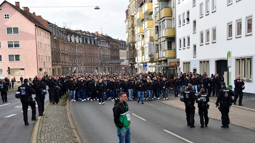 Rauch und Polizei: So pilgerten die Fürth-Fans zum Derby