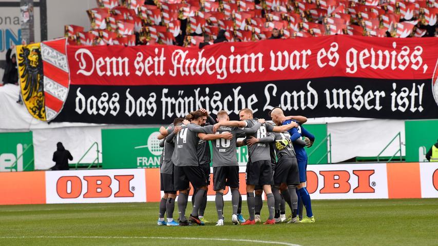 24.11.2019 --- Fussball --- Saison 2019 2020 --- 2. Fussball - Bundesliga --- 14. Spieltag: SpVgg Greuther Fürth ( Kleeblatt ) - 1. FC Nürnberg Nuernberg FCN ( Club ) --- Derby Frankenderby ---Foto: Sport-/Pressefoto Wolfgang Zink / WoZi --- .DFL regulations prohibit any use of photographs as image sequences and/or quasi-video --- Mannschaft Team Teamkreis FCN vor Fans Fanblock