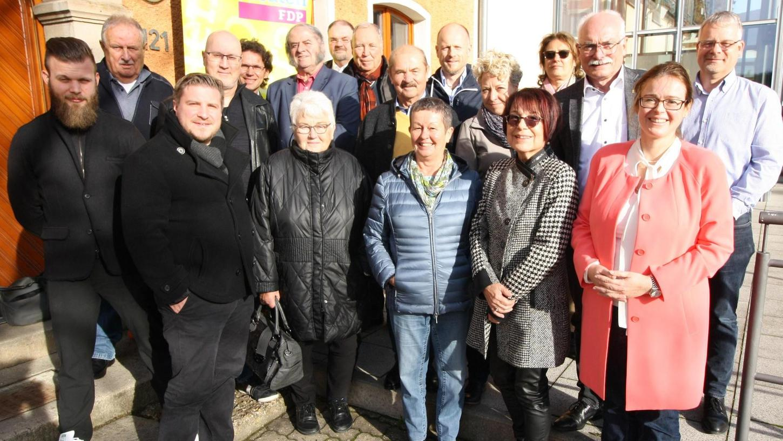 Der stellvertretende FDP-Bezirkschef Markus Lüling leitete die Wahl zur Kandidatenliste, auf der Kreisvorsitzende Marina Schuster (Zweite von rechts) nicht mehr zu finden ist. Als Spitzenkandidat geht Gert Sorgatz (links hinter ihr) ins Rennen.