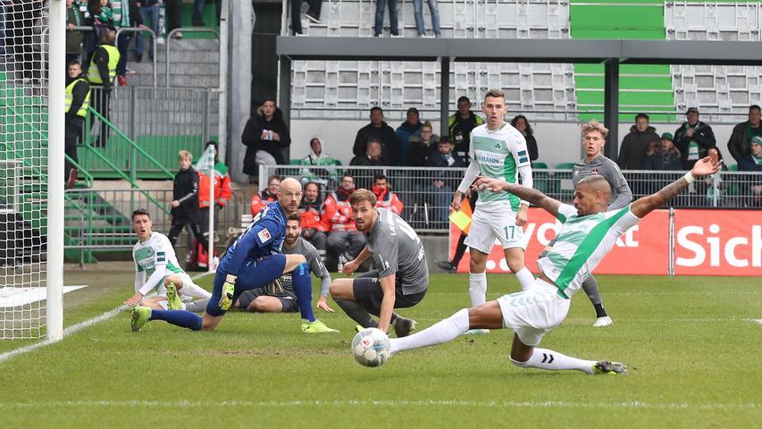 Richtig gefährlich vors Tor der Cluberer kamen die Fürther erstmals in Minute sieben: Meyerhöfer flankt in den Fünfer, Keita-Ruel rutscht am Ball vorbei.