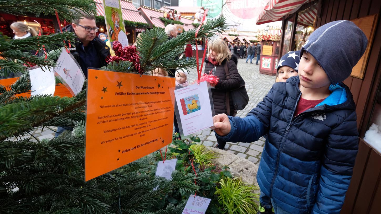 Am Wunschbaum werden Weihnachtswünsche von Kindern aufgehängt. Im vergangenen Jahr gingen alle rund 100 Wünsche in Erfüllung. Wie das wohl heuer sein wird?