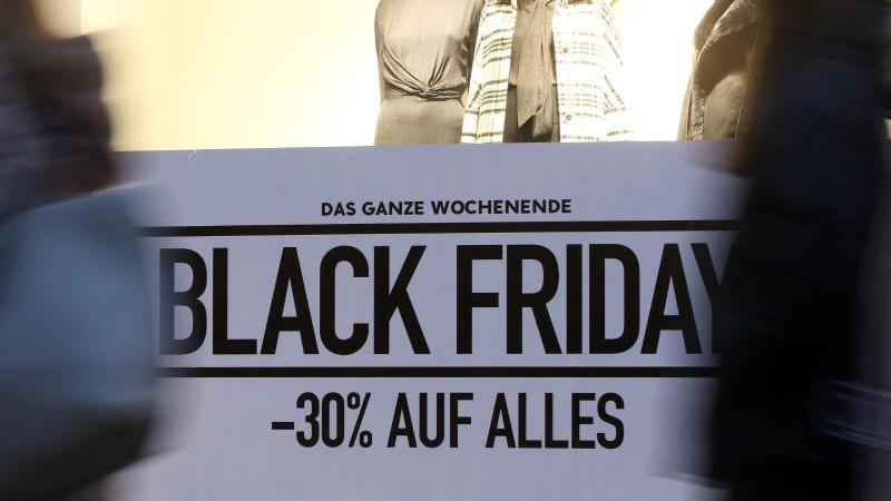 Im Schaufenster eines Geschäfts wird für den Rabatt-Tag Black Friday geworben.