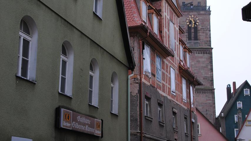 """Wir beginnen in der Nürnberger Straße, im Schatten des Kirchturms: Im sogenannten Iffland-Haus und dem Haus links daneben, in dem früher die """"Silberne Kanne"""" zum Trinken einlud, entsteht ein Hotel."""