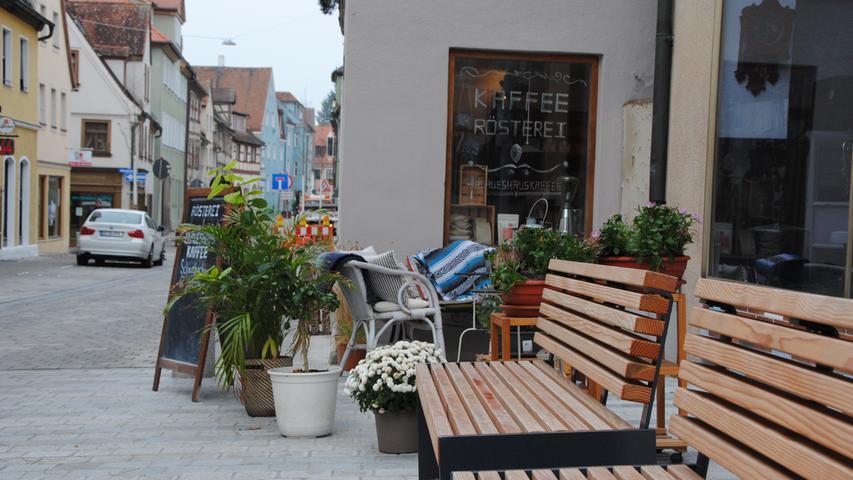 Ein paar Schritte weiter nördlich, an der Ecke zur neu gepflasterten Friedrichstraße, laden Sitzbänke und ein Café zum Verweilen ein.