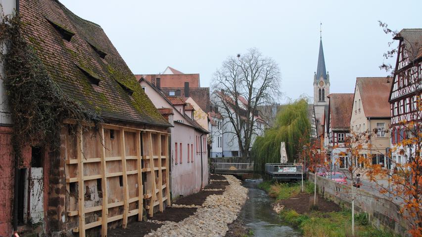 Wir beenden unseren Rundgang, zurück in der Nürnberger Straße: Das südliche Schwabach-Ufer gehört zwar nicht zur nördlichen Altstadt, einen schönen Blick vom anderen Ufer aus wissen die Anwohner aber sicher zu schätzen. Hier gilt: ist in Arbeit.