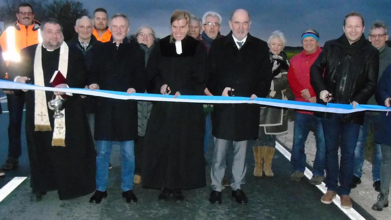 Mit dem Durchschneiden des symbolischen Absperrbands wurde die Gemeindeverbindungsstraße von Mühlhausen und Körnersdorf für den Verkehr offiziell freigegeben.