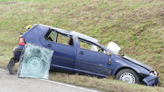 Auto prallt gegen Wasserdurchlass: 19-Jähriger schwer verletzt