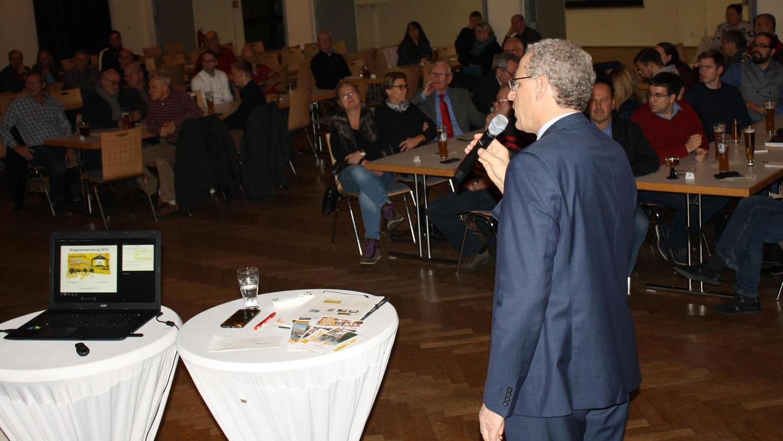Bevor er sich den Fragen der Bürger stellte, gab Bürgermeister Hacker einen Überblick über die Entwicklung Herzogenaurachs.