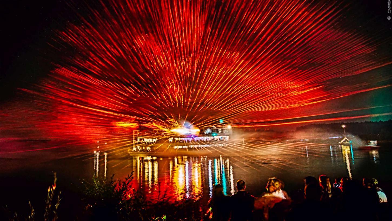 """Im Fränkischen Seenland bei den """"Magischen Momenten am Brombachsee"""" zieht alljährlich im Sommer eine Lasershow die Zuschauer in ihren Bann. Am 28. August 2020 ist es wieder so weit."""