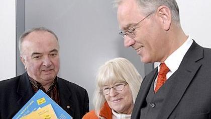 Das neue Märchenbuch stellen Drucker (und Sponsor) Walter Fellermayer und die Autorin Margrit Vollertsen-Diewerge OB Siegfried Balleis vor.