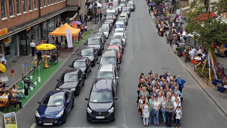 Vielsagender Platzvergleich beim Parking Day in der Lorenzer Straße in Nürnberg: Wie viel öffentlichen Raum Menschen in Autos verbrauchen und wie viel die gleiche Anzahl Fußgänger, das demonstriert dieses Foto eindringlich. Es entstand 2018.