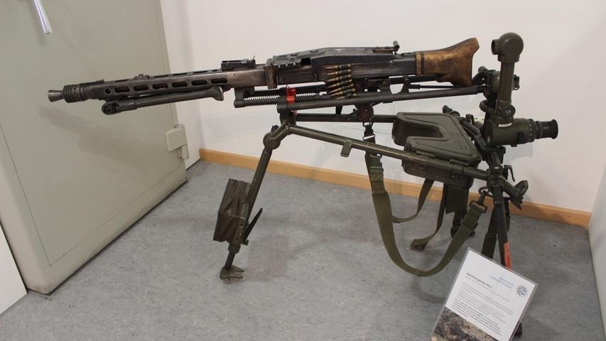 Diese Aufnahme zeigt ein Maschinengewehr, genauer ein MG3 mit 1150 Schuss pro Minute. Allerdings ein funktionsunfähiges, denn es handelt sich um eine von einer Privatperson hergestellten Waffe ohne Patronenlager - sonst sind aber alle Details wie bei der Originalwaffe.