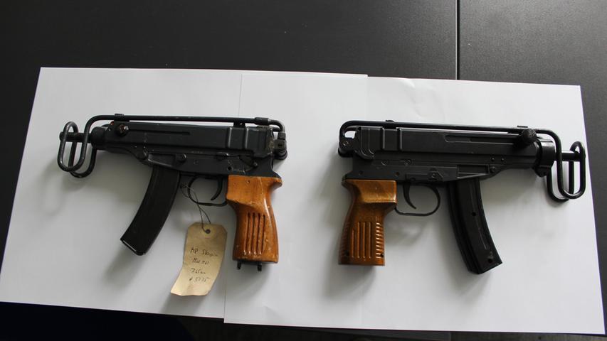 Eine Maschinenpistole des Typs Skorpion - und rechts eine Attrappe.