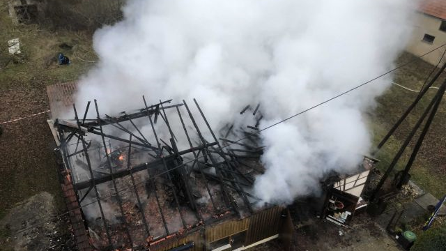 Im Hiltpoltsteiner Ortsteil Almos brannte eine bewohnte Scheune nahezu vollständig nieder.