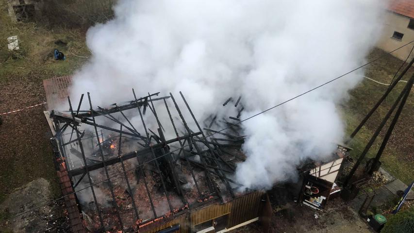 Dichte Rauchschwaden: Scheune brennt bei Forchheim nieder