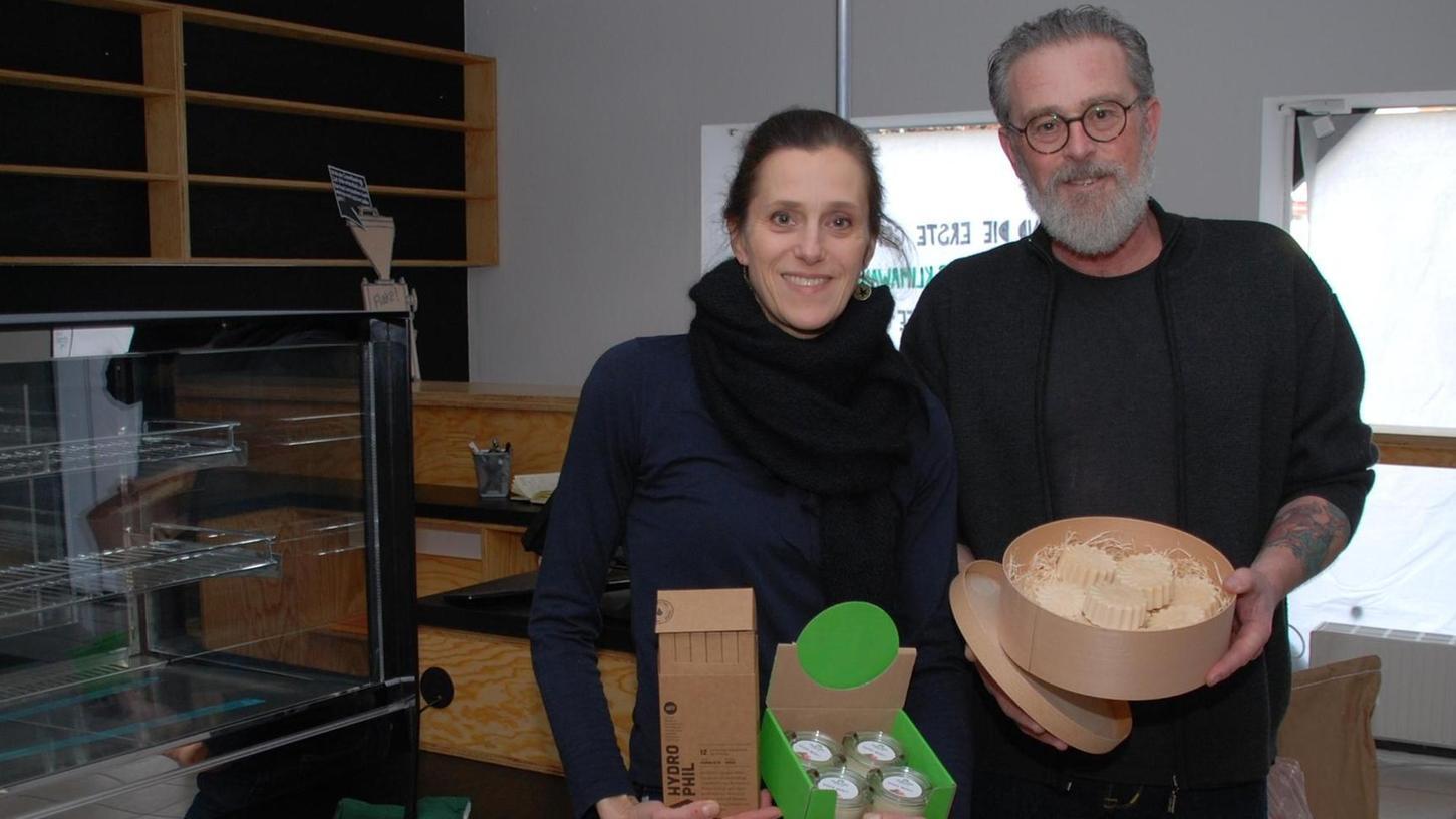 Wenige Tage vor der Eröffnung haben Claudia Schlagenhaufer und Claus Bierling in ihrem Laden viel zu tun. Zudem warten sie immer noch auf Lieferungen.