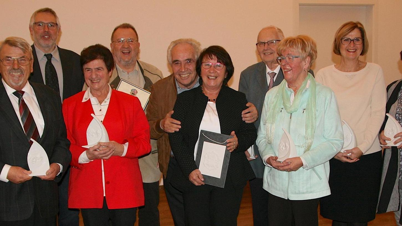 Elf Ehrenamtliche engagieren sich seit Jahren für das Wohl aller. Nun hat Ebermannstadt sie bei einem Festakt für ihre Verdienste mit Bürgermedaillen und Ehrenwappen ausgezeichnet.